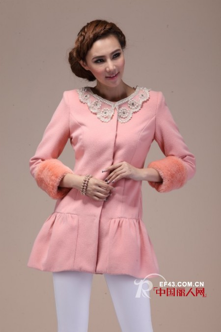 呢子风衣搭配 长款粉色呢风衣装扮