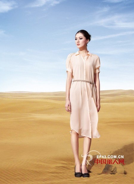 罗马式压褶连衣长裙搭配灰色腰带,简约淑女.图片