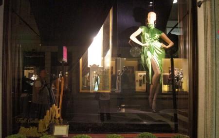 服装店橱窗陈列设计的分类及作用分析图片