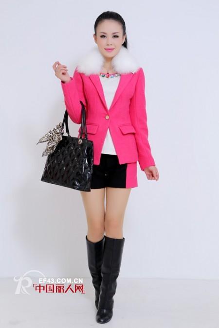 玫红色的冬装外套怎么搭配 玫红色外套配什么包