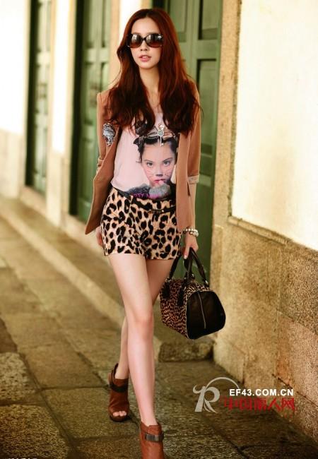 豹纹短裙如何搭配_野性美女豹纹控的疯狂物学搭配豹纹短裙围