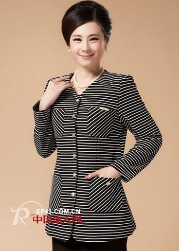 中年女性圆领外套