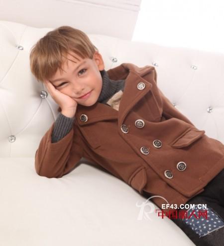 现在天气小男孩服装该怎么搭配 呢子外套搭配什么裤子好看