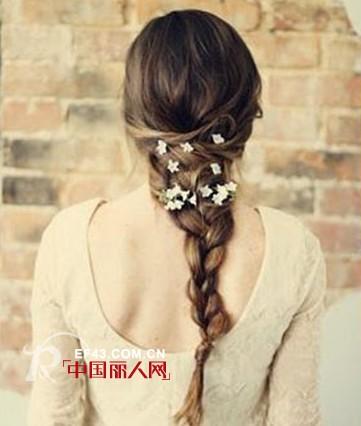 层次感侧编发,复古马尾辫发和花朵造型公主头编发,每款都有独特的设计