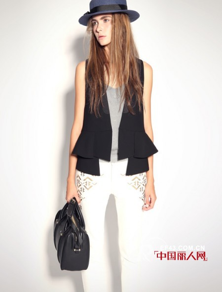 配黑色上衣,经典的黑白配,纯白色裤子搭配黑色上衣还有灰色点