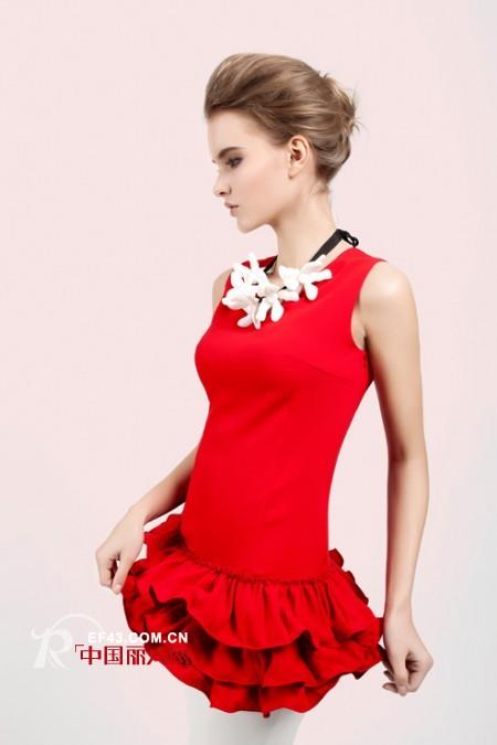 白玫瑰和红玫瑰的故事 玫瑰红无袖裙演绎激情夏季