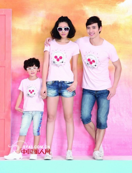 可爱超粉的t恤搭配一条经典牛仔裤,就是这么简品牌库 亲尚亲子装