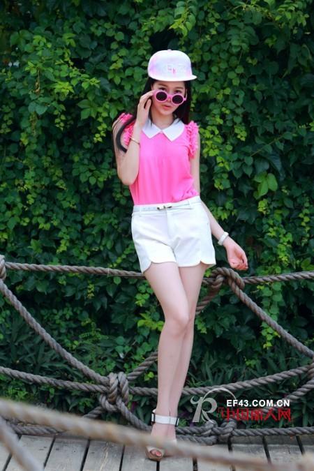 二十多岁最适合穿的颜色 枚红色搭配白色青春减龄
