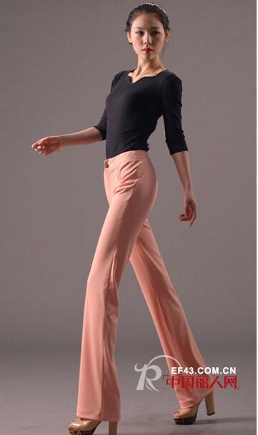 粉色西装直筒裤搭配黑色针织衫好看吗?黑白条纹衬衫搭配白色高腰直筒裤
