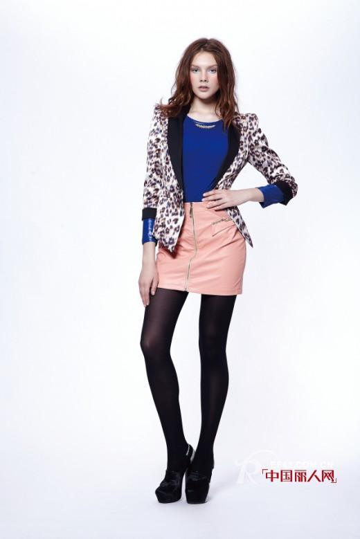 豹纹小西装外套怎么搭配 数码印花小西装外套搭配粉色衬衫好看吗?