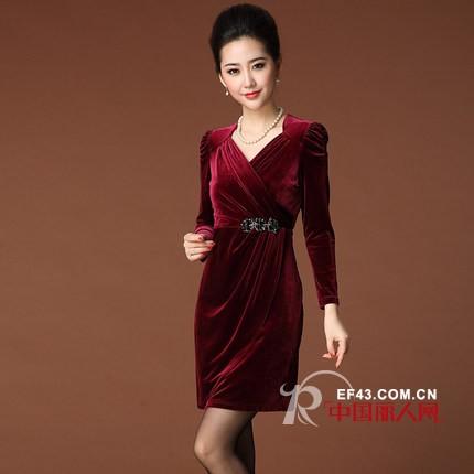 中老年连衣裙什么样的好 丝绒修身裙华丽端庄