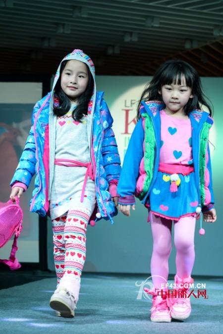 糖果色波点羽绒服搭配 女童格子褂什么款式的好