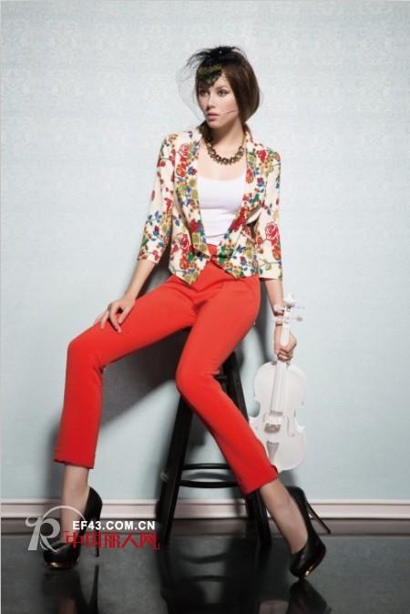 印花小西装搭配什么裤子?印花小西装搭配红色西装裤好看吗?
