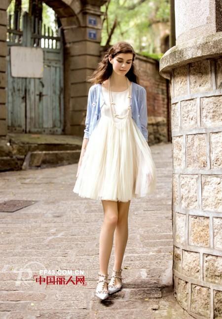 秋季旅游怎么穿好看 白色连衣裙搭配浅蓝色外套