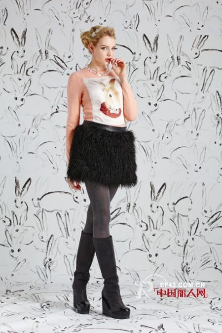 秋季时髦半身裙搭配 皮草半身裙搭配什么上衣?
