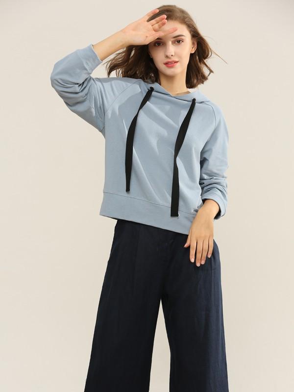 秋季女性打造什么风格的造型更亮眼 浅色系卫衣搭配什么下装