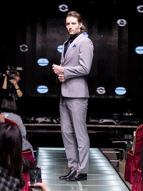 帅气稳重的西装搭配 雷尼德男装为你推荐