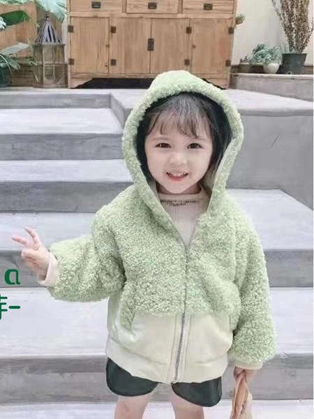 小女孩穿羊羔絨怎么搭配 羊羔絨外套配褲子還是裙子好