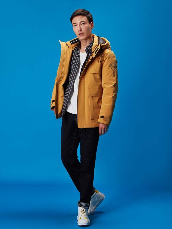 男士穿酒紅色棉襖配什么顏色好看 30歲男士冬季棉服怎么搭配好看
