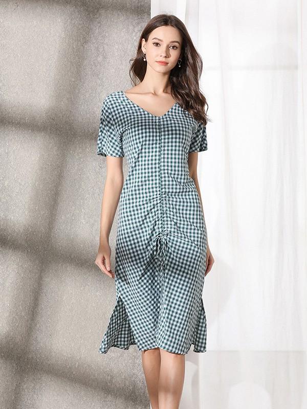 时髦连衣裙的穿搭 这样穿让你的魅力尽情绽放