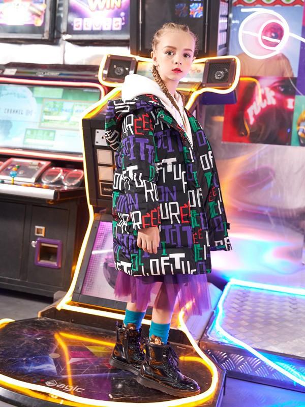 女孩子选择什么样的羽绒服比较好看呢 卡儿菲特带你领略潮流的魅力