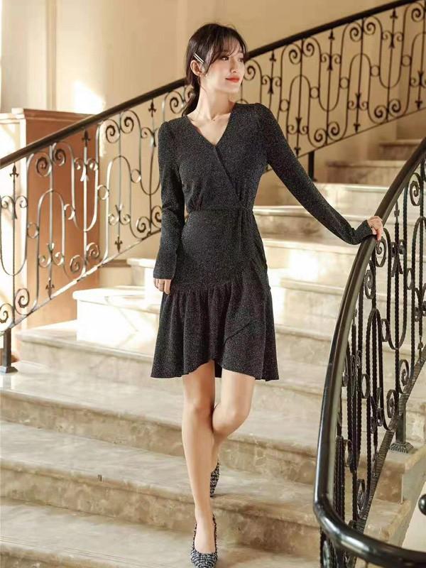 参加年会穿小黑裙好看吗 什么样的小黑裙比较时尚