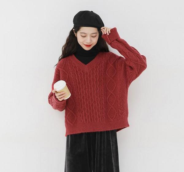 纯色毛衣怎么穿好看  冬日纯色毛衣怎么穿能够胜人一筹