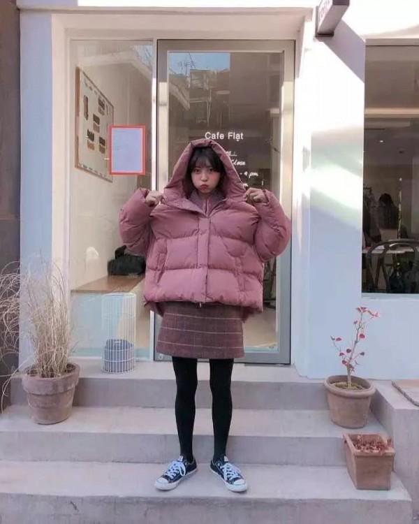 短款羽绒服配短裙好看吗 冬日短款羽绒服的显高搭配