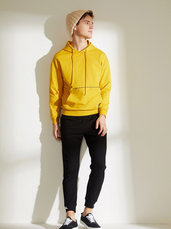 男生衛衣怎么搭配好看 黃色衛衣配黑色褲子好看嗎