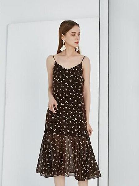 夏季连衣裙黑色&碎花哪款更适合你?