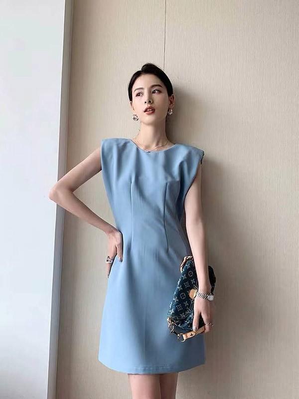 女生蓝色连衣裙怎么搭配 什么款式更精致