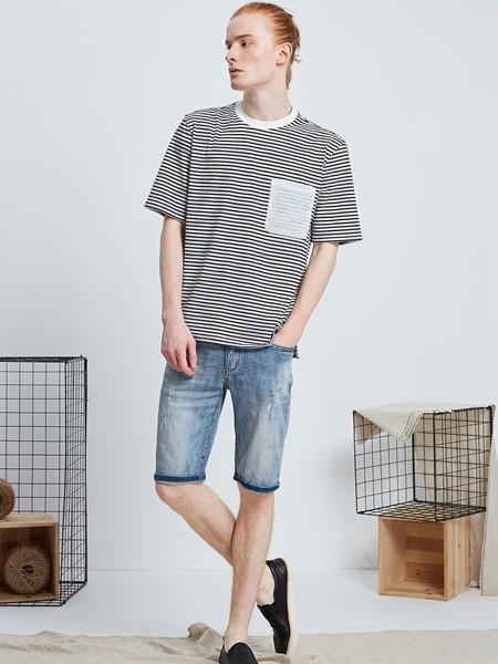 50+的陈小春看起来还是那么年轻,私服简单的T恤就充满活力!