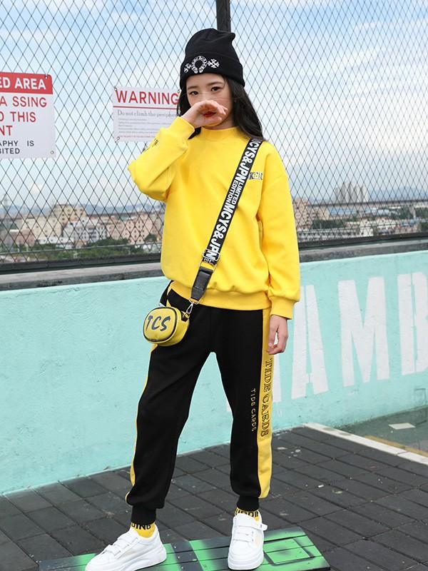 明星的女儿身穿黄色卫衣少女感十足,入秋后你必入的卫衣单品怎么穿?