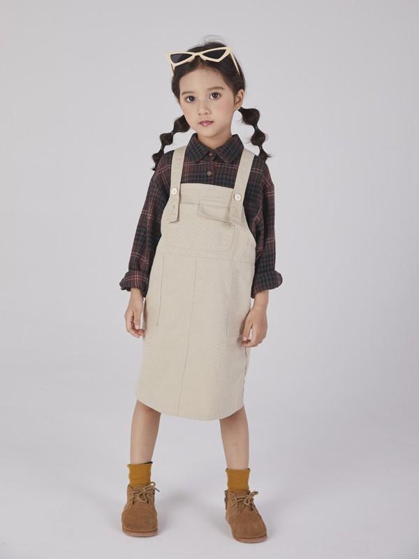 贝克汉姆女儿小七的日常搭配超有范,牛仔外套衬长裤,不愧是设计师的女儿!