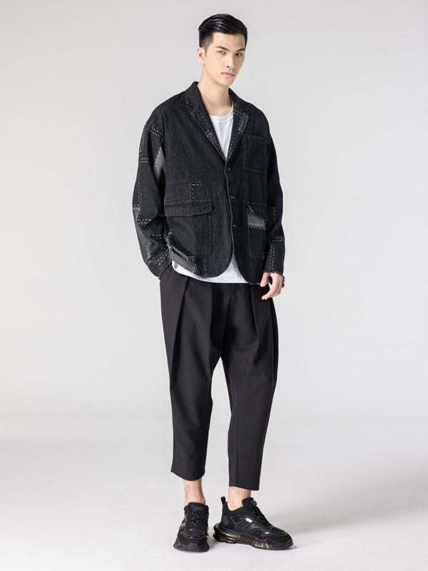 190个子的男篮胡明轩生活中黑色牛仔搭配长裤简约低调,身材十分的高挑!