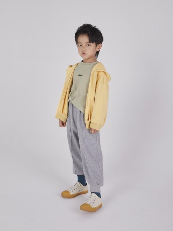 国庆假期6岁男孩简约舒适穿搭,卫衣搭配运动裤轻松耐看