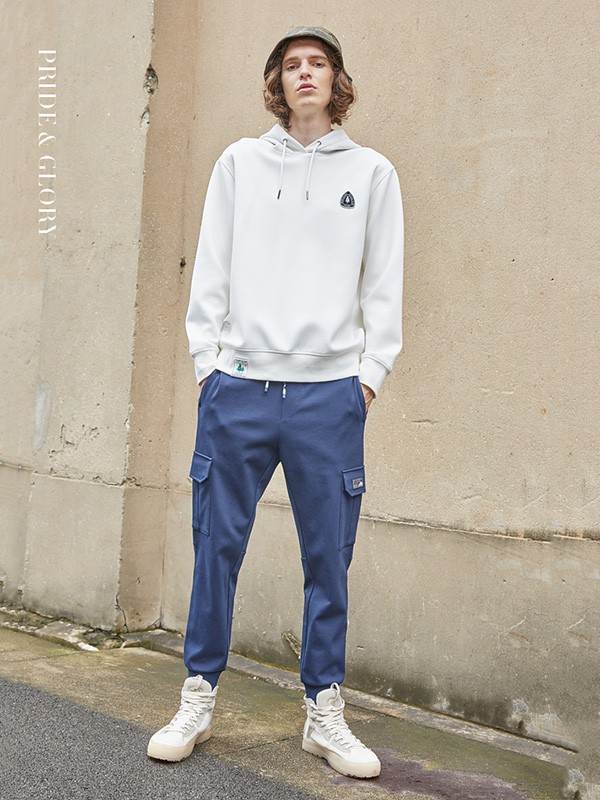 刘昊然白色卫衣搭配运动裤,满满的青春少年感