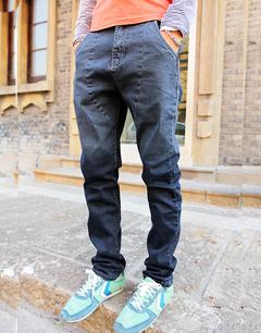 男生配小脚裤的鞋子;