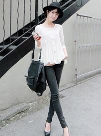 白衬衫巧搭修身牛仔裤