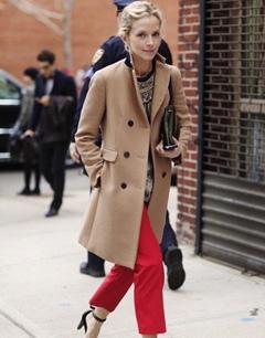 驼色大衣加点小心思 对比色冬季出街
